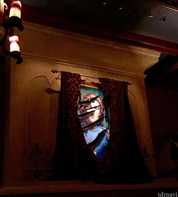 この部屋が一番気に入ったので、ここに席を決めました。時々この絵画に変化が起こります。