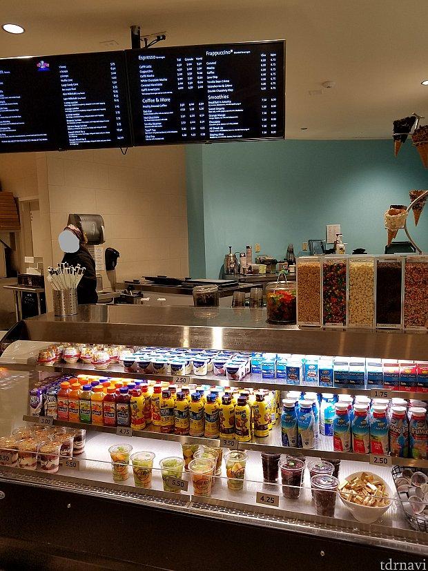 1Fに軽食やアイスクリーム、ホテルオリジナルのピザも販売しています。 スターバックスもありますが バリスタはいません 。