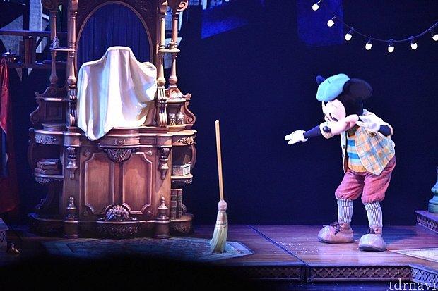 ミッキーもマジックを試みるますが、なかなかうまくいかず…。