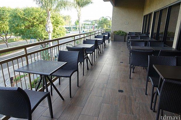 暑い日だったからか、ベランダのテーブル席は空いていました。気候が良ければ、ここで朝食を食べれば気持ちよさそうです。