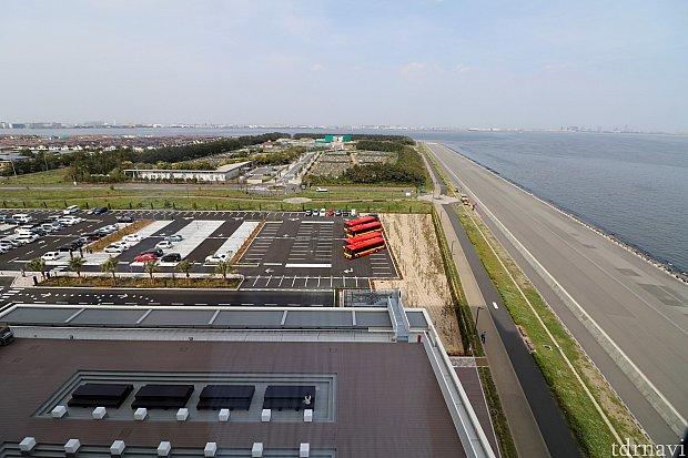 駐車場&海側コーナールームからの眺め 右は東京湾と話題になった滑走路 正面奥に霊園ビューです