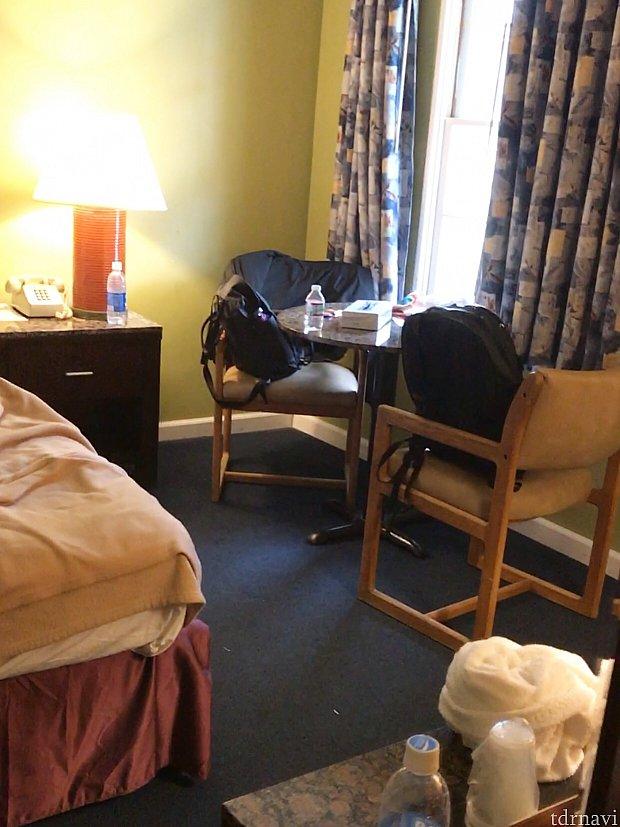 帰りがけに撮ったのですごく汚いですが……窓際テーブルの様子。左に見えるのがベッドです。
