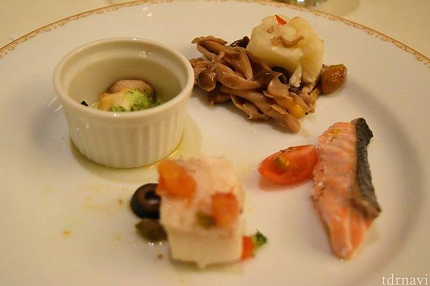 リピしているつぶ貝ときのこのマリネに白身魚のアクアパッツァ、サーモンの香草焼き。