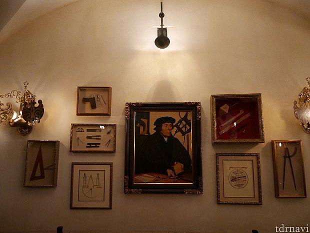 壁には肖像画やマゼランゆかりの品が飾られています😌