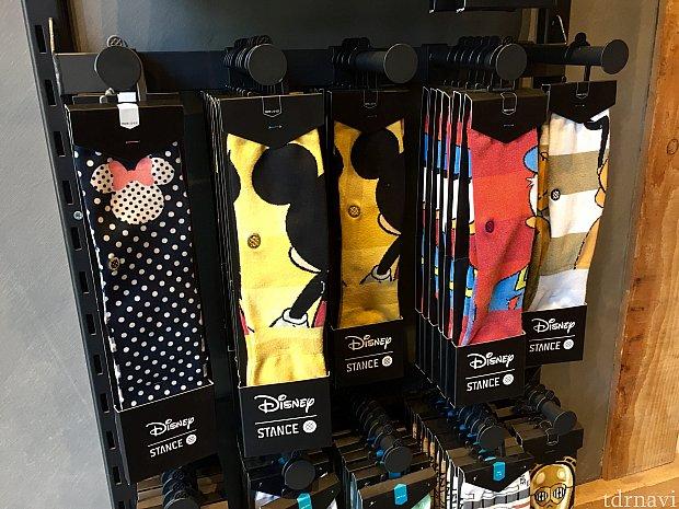 こちらも後ろ向きのディズニーキャラクターのキッズ用靴下。