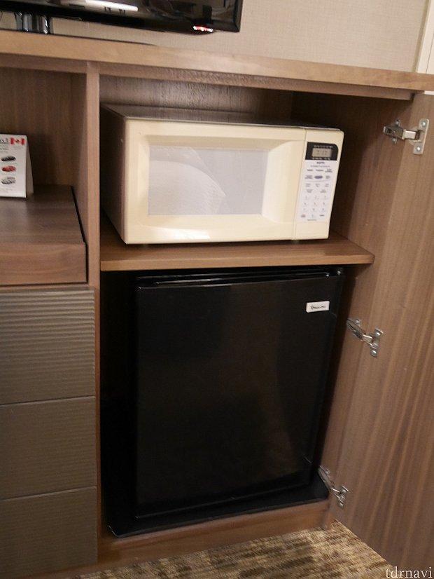 電子レンジと冷蔵庫があります。