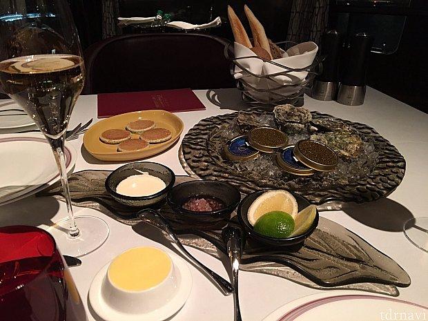 生牡蠣と、なんとキャビアも♡ キャビアはひとり1缶。シャンパンとの相性も◎
