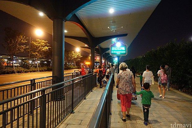 こちらが閉園後のランドホテル行きのバス停の様子。ガラガラです。カオス度が全然違います。