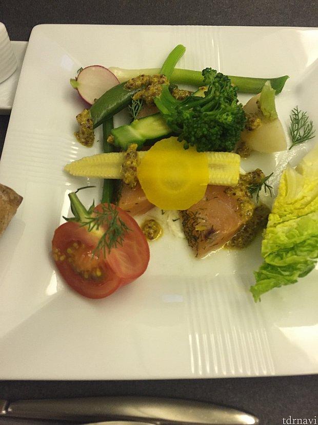 帰りの機内食、洋食。サーモンのサラダ。