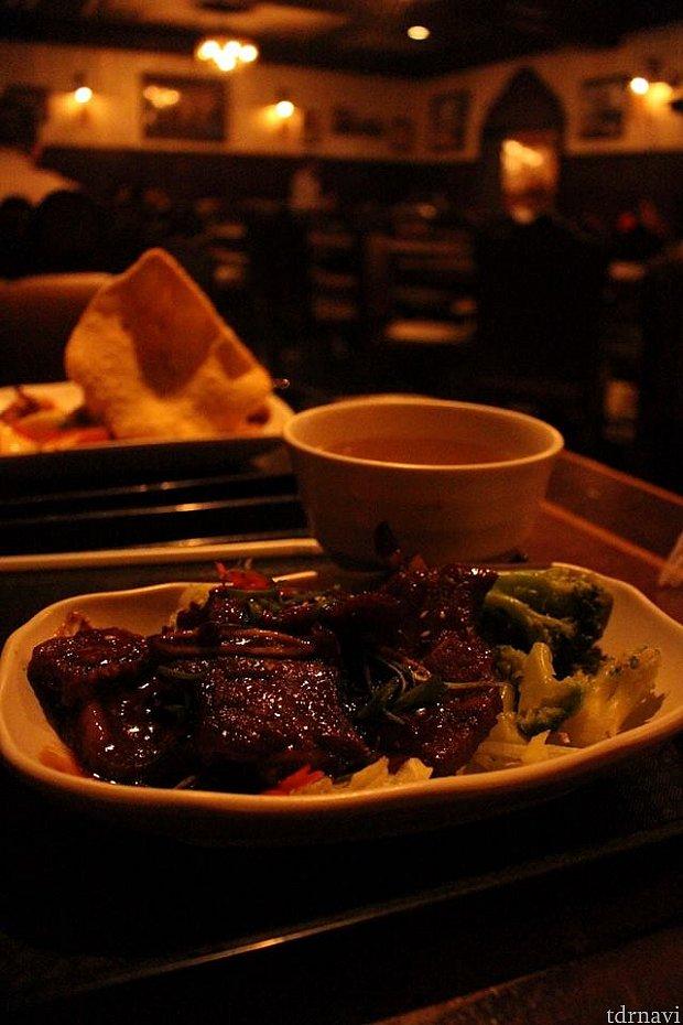 韓国料理の中にあった、焼肉定食です。お肉は少し硬かったですがとても美味しかったです。