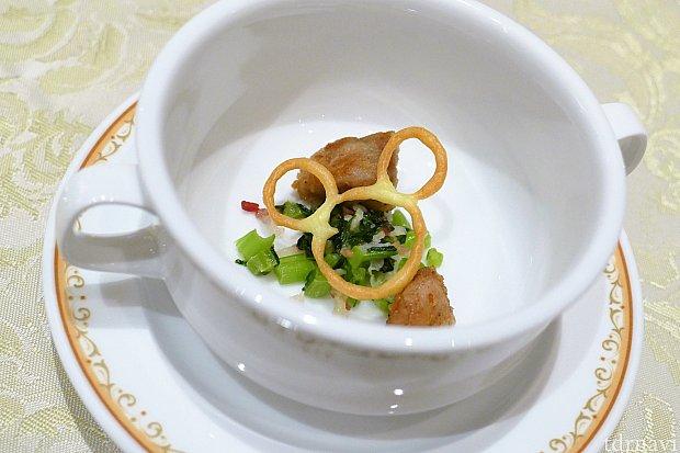 「トリュフ香る蕪のスープリ・ド・ヴォーを添えて」       ここにもミッキー!!!「え!スープは…?」と思って待っていると…