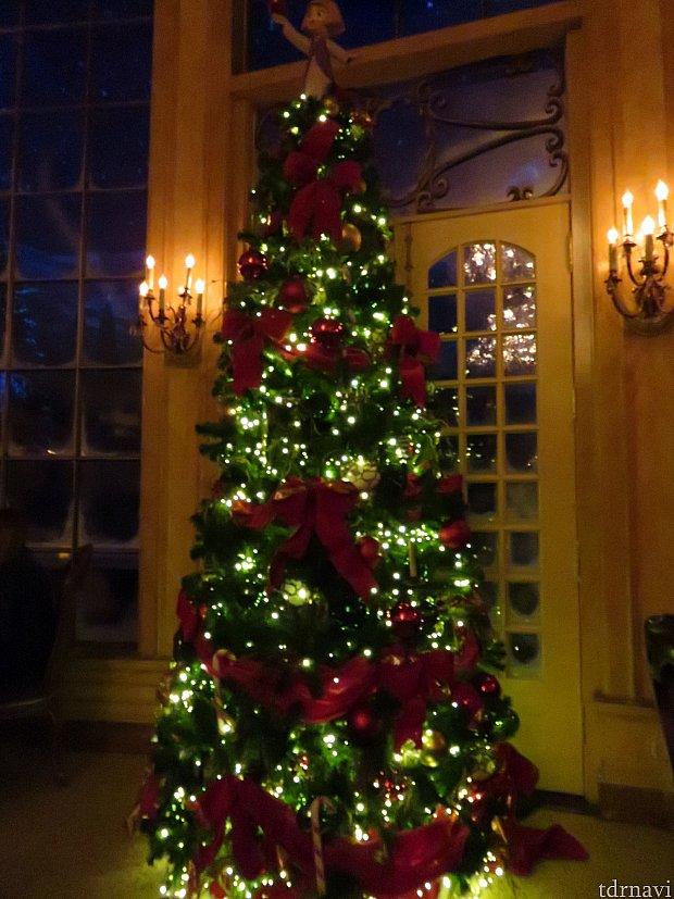 ホリデー期間のため、クリスマスのデコレーションがされています