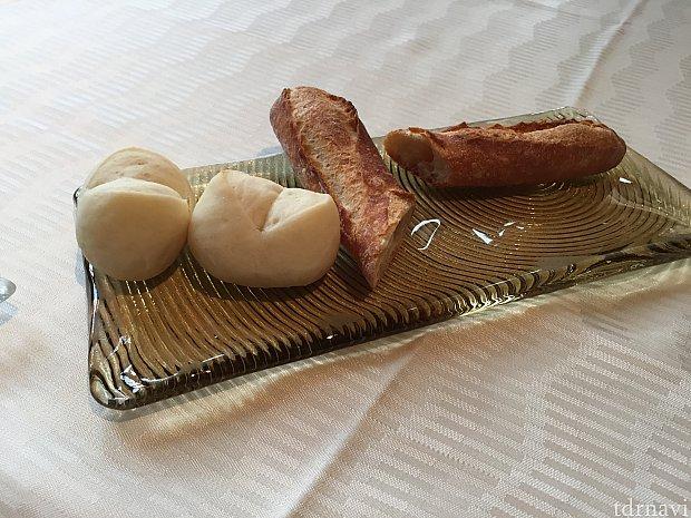 最初にパンが出てきます。白い方は米粉のパンだそうです