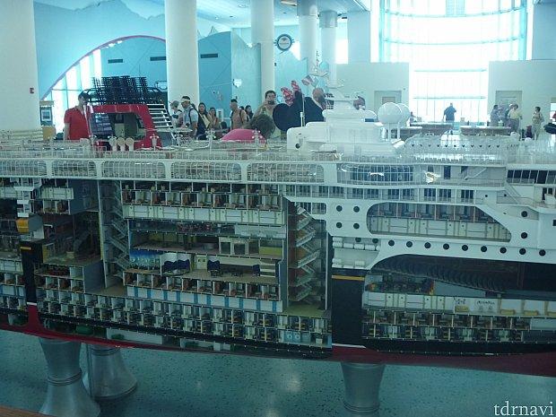 チェックインのときに見れる模型です!かなり精巧に作られてます!裏ではミニーちゃんが乗船前グリーティングをしてます♪