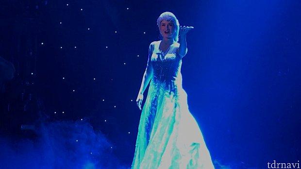 一瞬で雪の女王の姿に! ここは一番の見どころです!