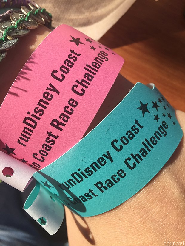 Disney Princess Half MarathonとTinkerbell Half Marathon参加者はCoast to Coast Pink Ver.のメダルがもらえます。今年は参加者のクレームがあったようで、レギュラーのブルーのCoast to Coastメダルもいただけるよう。想定の範囲外!
