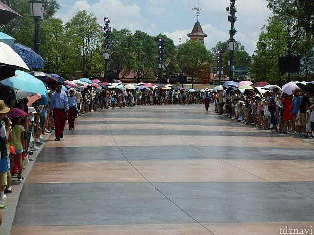 日傘が凄い。パレードが始まっても下ろしません!