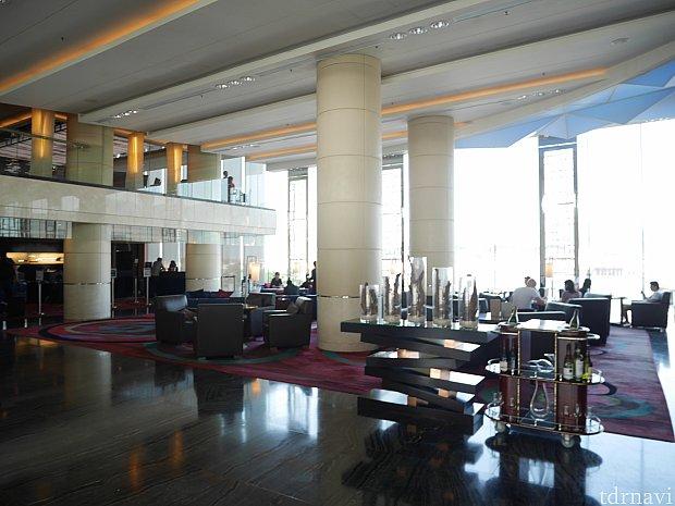 ホテルエントランス。空港の発着情報が出てました。CAやパイロットをかなり見かけました。