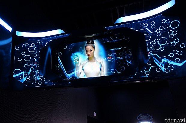 乗車案内は透明なスクリーンに映像が流れていてCool!有機ELなのかな。