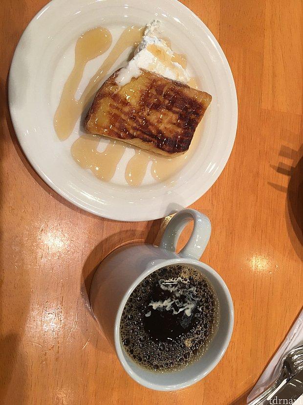 フレンチトーストを焼いてくれます!一番人気ソースは、蜂蜜です🍯 メイプルシロップも美味しいです♡