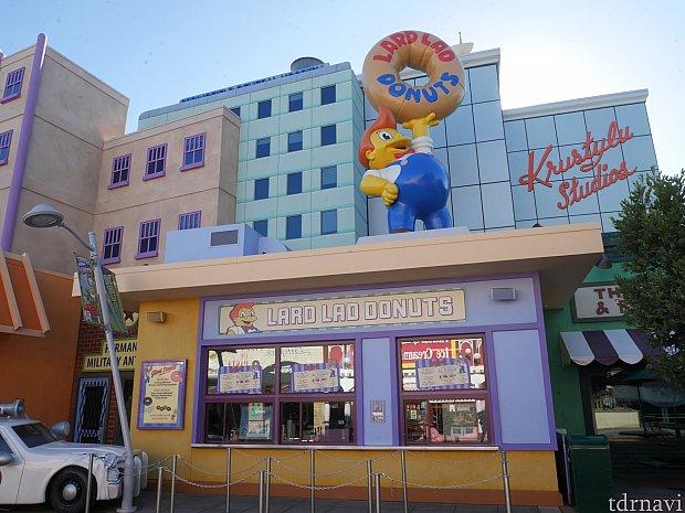 このお店はドーナッツの品揃えが一番あったので、今回はこちらで購入✨ このお店は屋外ですが席があります!