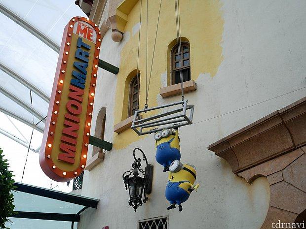 ミニオンマートというお店が一番ミニオングッズが揃っています。 ミニオンのグリーティングはこのお店の前で行われていました。