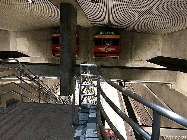 壁から電車が!ハリウッドハイランドでは映画のフィルムが床に敷き詰められていたりと、駅1つ1つ、個性のある装飾にも注目です!