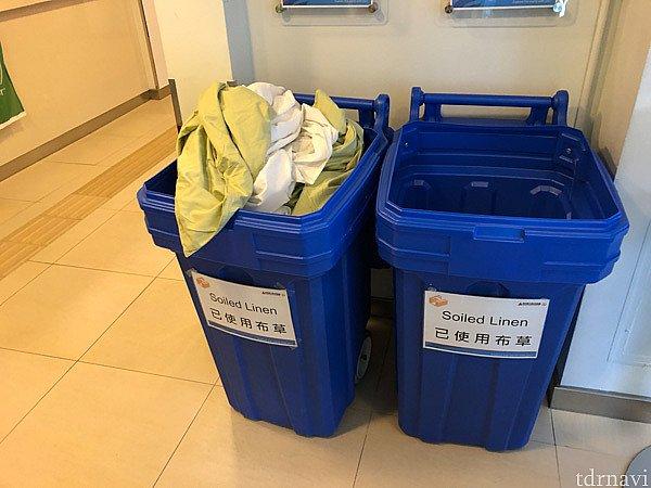 枕カバー、ベッドシーツ、布団カバーはフロントに置いてある洗濯物入れに投入します。
