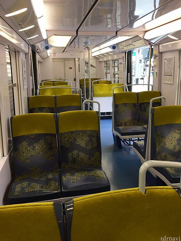 電車の中はとても新しく綺麗でした。市内に近づく度に人が乗って来て、駅に着く前にはかなりの人が乗っていました。このブース席に座っているとスーツケースの置き場所が全く無くて困りました。