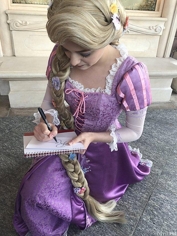 サインを書いてくれるラプンツェル
