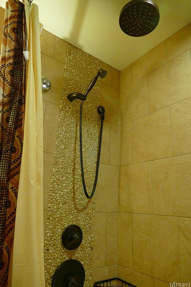 シャワーは上からのものとハンディータイプの2種類あったので、使いやすかったです。