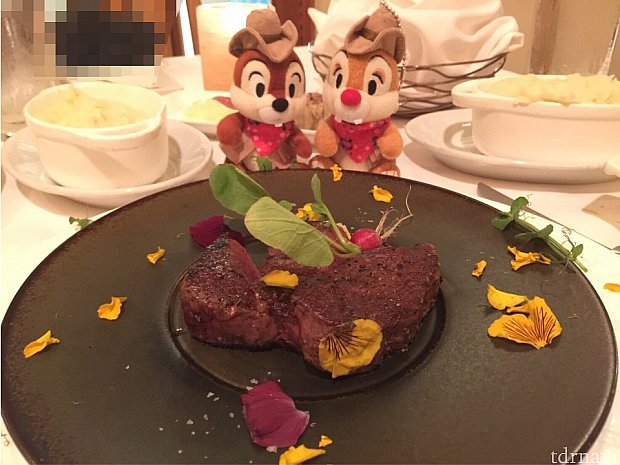 大きさや焦げ感の比較。ぬいぐるみバッジ2つ分くらいの深いお皿にマッシュポテト。焦げててもミディアムなのでやわらかくて美味しいステーキ。