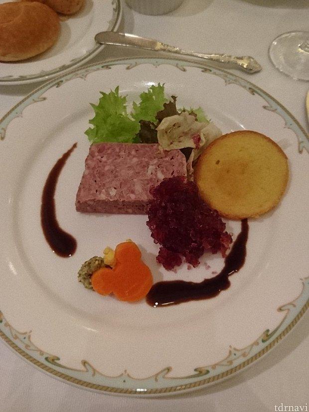 前菜です。豚と鶏レバーのテリーヌです。手前のジュレは何だかんだ甘かったです。