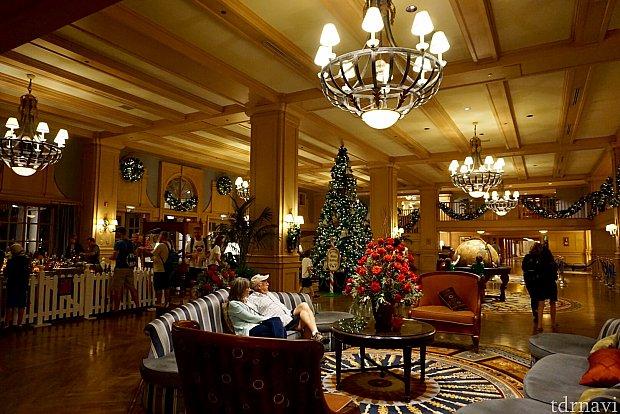 暖かく落ち着いた空気が流れるホテルロビー。