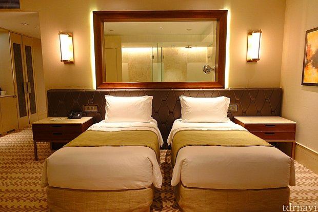 シングルベッド2台。枕元にコンセントが多くて便利。