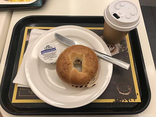 マックカフェにてベーグルとコーヒーを朝食に食べました。 マックなのに陶器のプレートで提供されたのが何気に嬉しかったです笑❤️