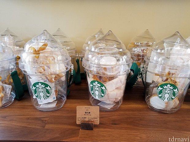 ミックスギフトバッグ。フラペチーノの型に作ってあります。入れ物はプラスチックで硬いです。中には、クッキー2種類とハート型マシュマロが入っていました。