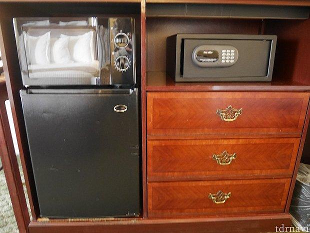 電子レンジ、冷蔵庫、金庫が付いています。