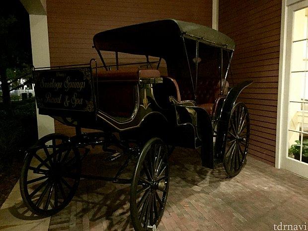 ホテルのテーマはダービーです。馬のモチーフがリゾートのあちこちに。この馬車もディスプレイの一つ。これに乗り込んでも良いんです。怒られません。