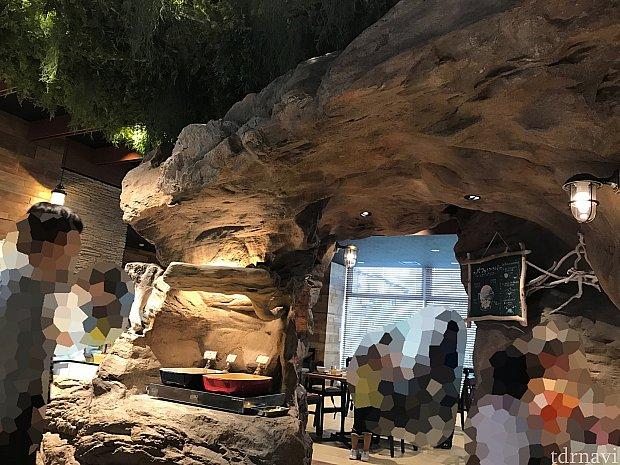 洞窟のような空間も。
