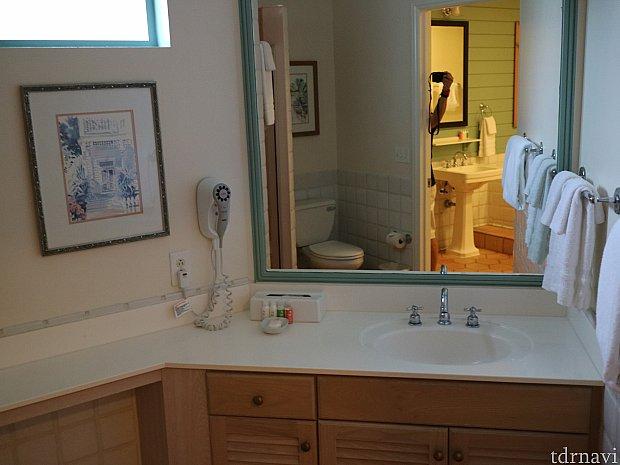 洗面所です。トイレ、シャワールーム、洗面所の順に並んでいます。