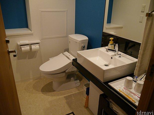 洗面とトイレは隣にあります。トイレが個室でないのが少し残念・・
