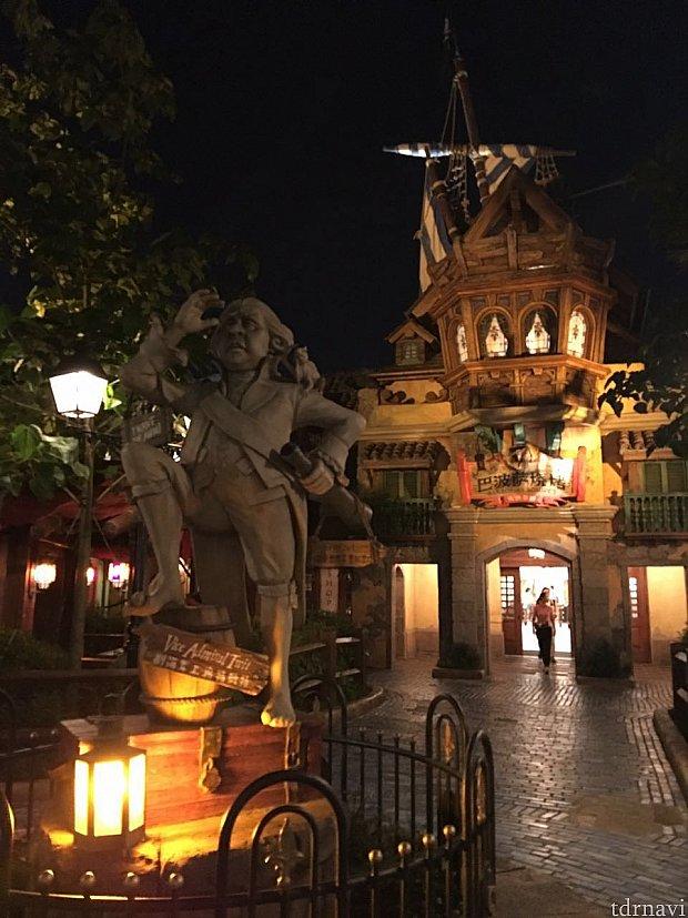 入口前にはオブジェが。それにしても夜は雰囲気が良いですね!