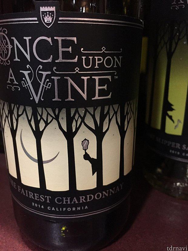 こちらThe finest Chardonnay はマジックミラーを手に持った魔女がラベルに。