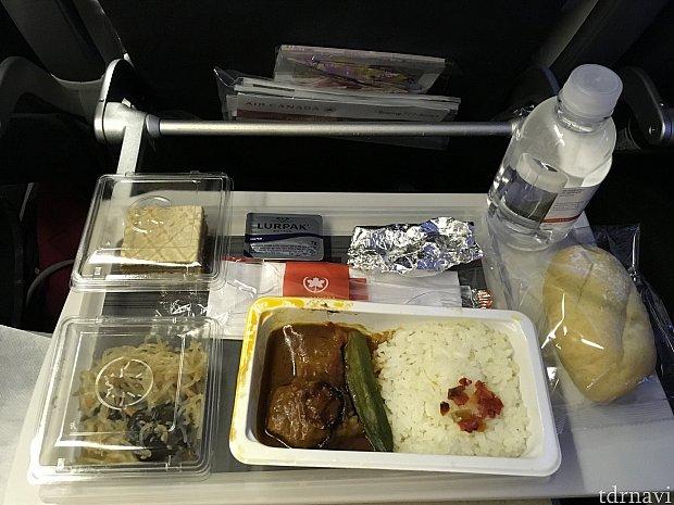 機内食1食目。ビーフかチキンが選べました