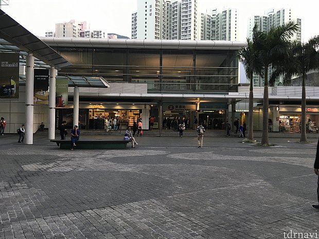 東涌駅。構内にはコンビニやパン屋さんもあります。左に行くと大神アウトレットモール!