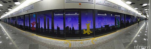 電車が去ると……背景に夜景が現れました!すごく綺麗です。