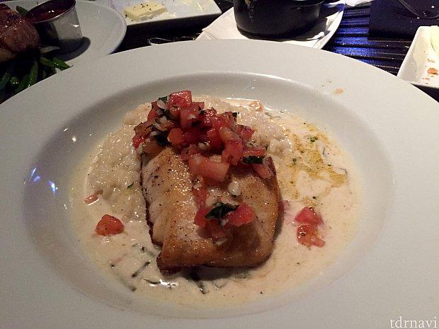 メインディッシュはCorviaと言う魚料理に、レモン風味リゾット添え。