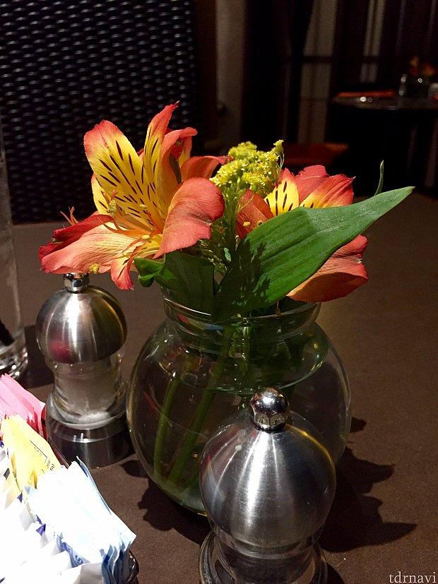 本物の花がテーブルに飾られてるのも品が良いですね。
