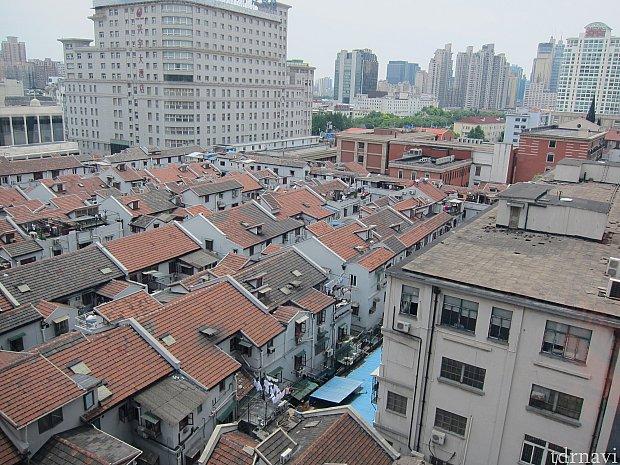 このトレーニングルームから見える、ホテルの裏側。上海市街の古い町並みが見下ろせて面白かったです。